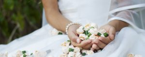 restaurante para comuniones en Valencia - manos con flores